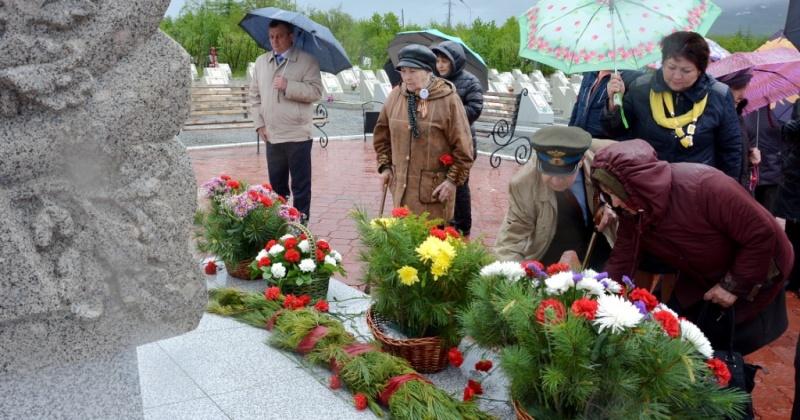 На Марчеканском кладбище прошла торжественная церемония возложения цветов к памятному знаку и могилам ветеранов войны
