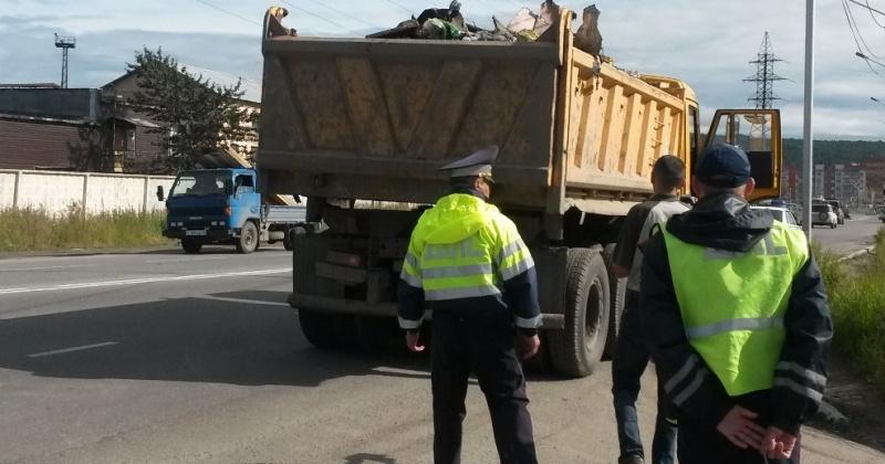Водители, халатно перевозящие сыпучий груз, подвергают участников дорожного движения опасности и загрязняют окружающую среду