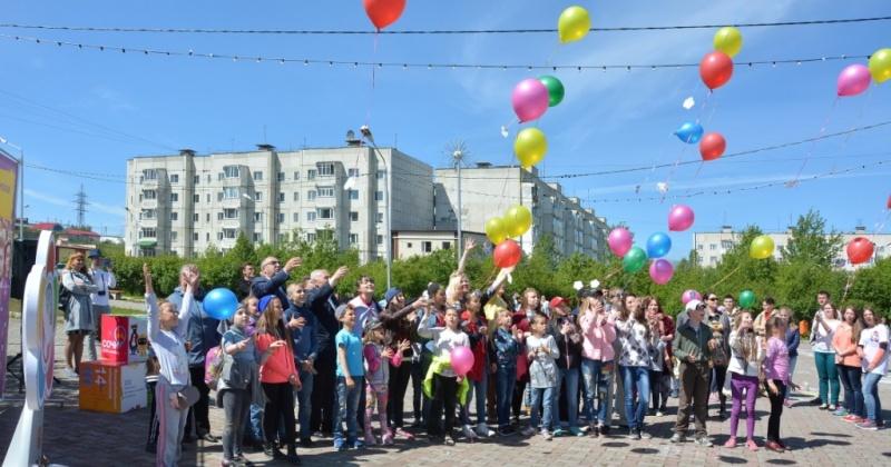 Сотни воздушных шаров с пожеланиями выпустили в небо магаданские школьники и студенты