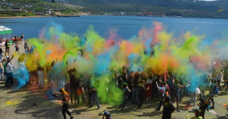 Разноцветной пудрой разукрасились сотни горожан на фестивале  «Магадан – город красок»
