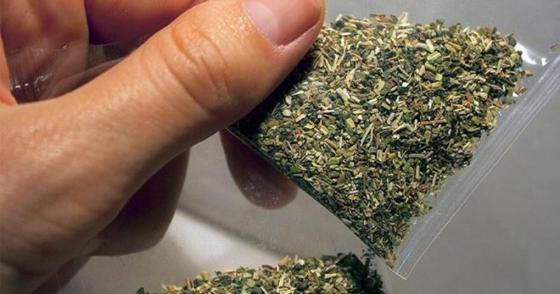 Растительный наркотик массой  2,026 грамма обнаружили полицейские при досмотре у магаданца