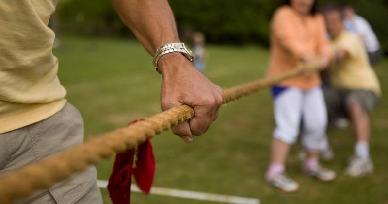 В прохождении под натянутыми веревками гусиным шагом, перетягивании каната и подъеме гири смогут посостязаться магаданцы