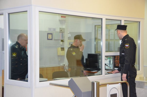 При осуществлении пропускного режима в судах Магаданской области пресечено 57 попыток проноса запрещенных предметов