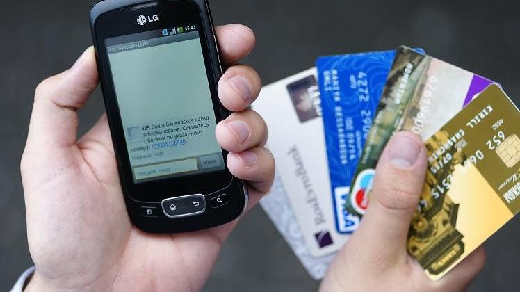 """Предоставив свои данные карты """"покупателю"""", магаданка лишилась 15 тысяч рублей"""