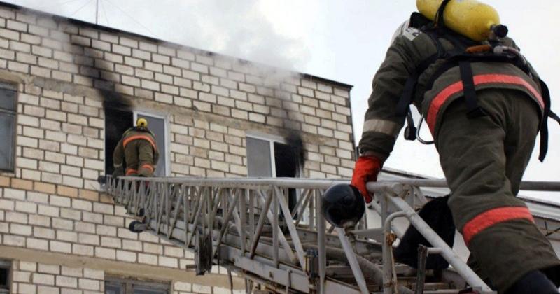 Квартира горела на втором этаже пятиэтажного жилого дома в Магадане