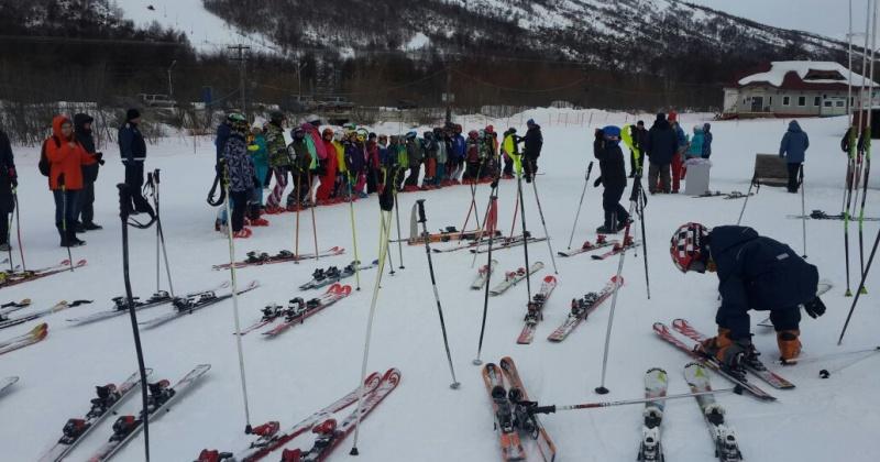 На склонах магаданской Русской горнолыжной школы со второй половины октября открыто катание для подготовки спортсменов к соревнованиям