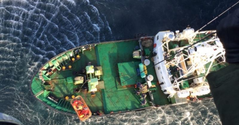 Магаданские спасатели эвакуировали больного с рыболовецкого судна в Охотском море