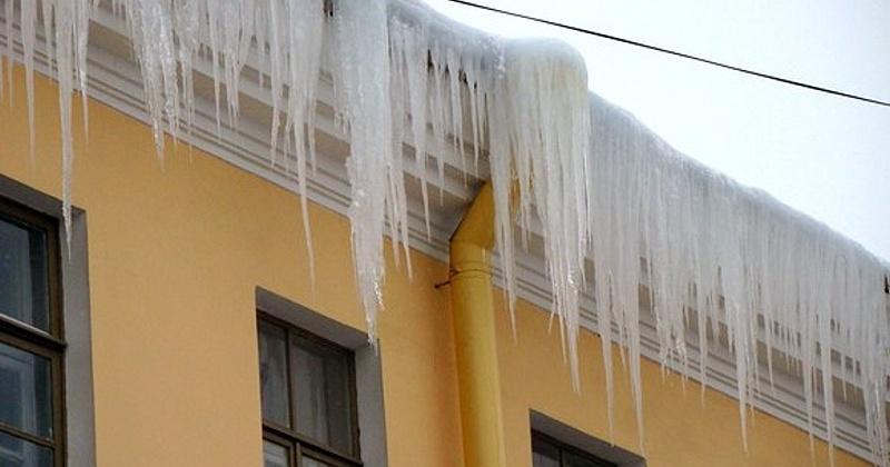 Снежные массы на крышах домов и балконах  представляют угрозу магаданцам