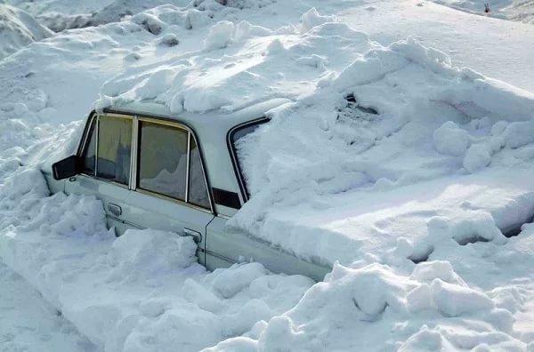 Очистить дворы и территории вокруг зданий от наледи и снега призывает управление АТК мэрии Магадана