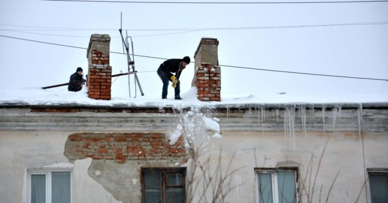 Сосульки и снежные козырьки, свисающие с крыш, - проблема, на которую чаще всего сегодня жалуются магаданцы.