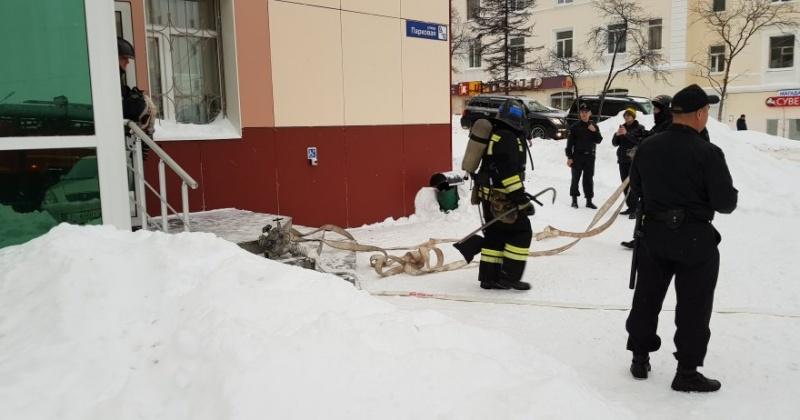 Судебные приставы и пожарные Магадана предотвратили пожар в здании мировых судей