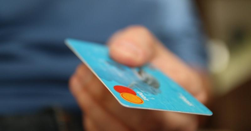 Магаданец во время пьянки украл у соседа банковскую карту и снял с нее 60 тысяч рублей