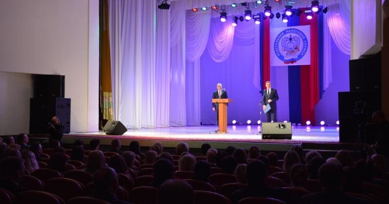 Сергей Абрамов поздравил сотрудников налоговой службы с профессиональным праздником