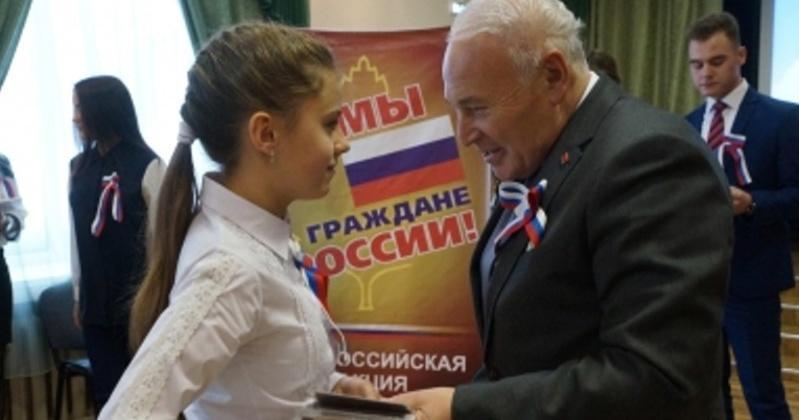 Владимир Печеный вручил паспорта колымским школьникам