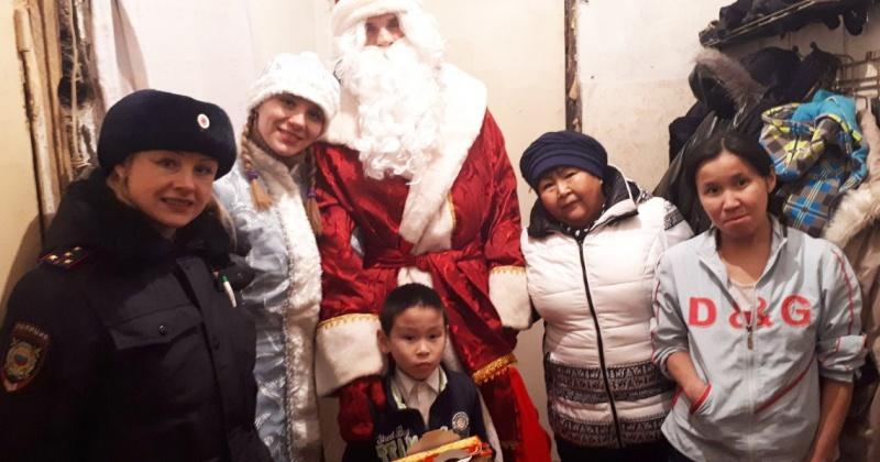 Полицейский Дед Мороз поздравил детей из Северо-Эвенского городского округа
