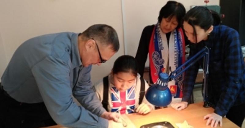 Гости из Якутска посетили косторезную мастерскую Магаданского колледжа искусств