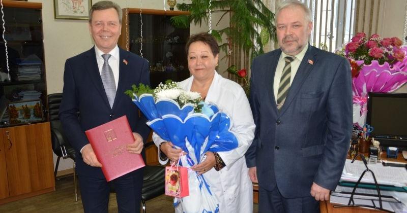 Сергей Абрамов с Андрей Зыков поздравили главного врача Магаданской областной больницы Ирину Полярную с юбилеем