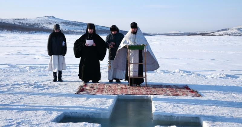 Магаданское водохранилище освятили в день Крещения Господня