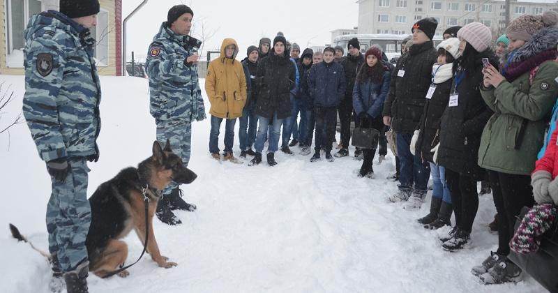 «Студенческий десант» в гостях у полицейских кинологов Магадана