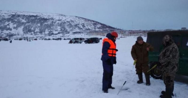 Со льда бухты Нагаева в Магаданской области спасатели эвакуировали 10 рыбаков, в том числе 1 несовершеннолетнего