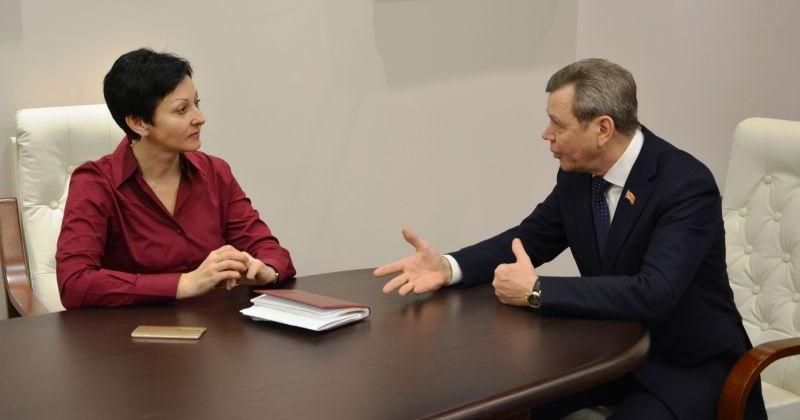 Возможные изменения в работе Особой экономической зоны обсудили Оксана Бондарь и Сергей Абрамов