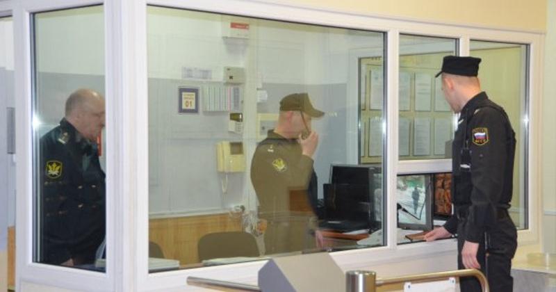 Отвертку пытался пронести в суд житель Магаданской области