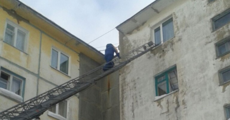 Магаданские спасатели помогли больной пожилой женщине