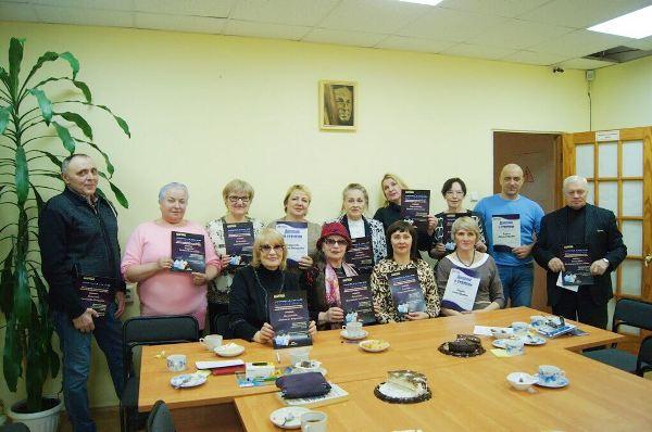 20 магаданцев получили сертификат об окончании курсов компьютерной грамотности для представителей старшего поколения