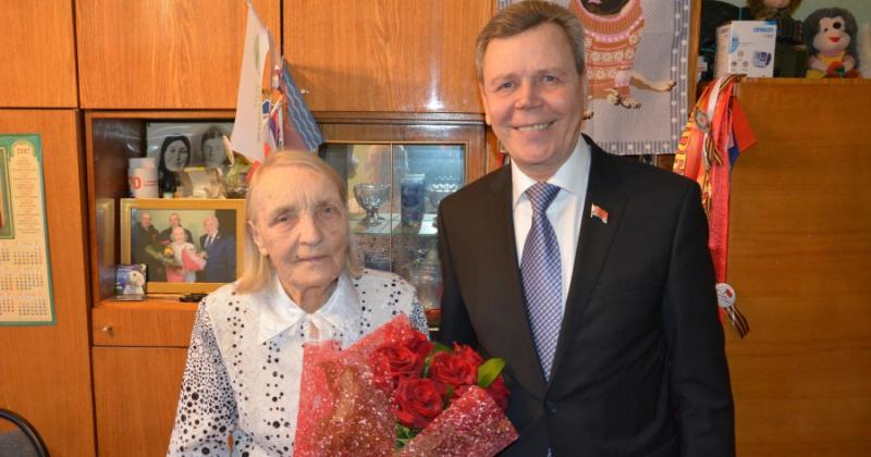 Сергей Абрамов поздравил ветерана Александру Сафронову с юбилеем