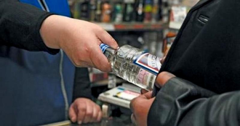 Специалисты магаданского Роспотребнадзора в весенние и праздничные дни настоятельно рекомендуют воздержаться от приобретения алкогольной продукции в сомнительных местах