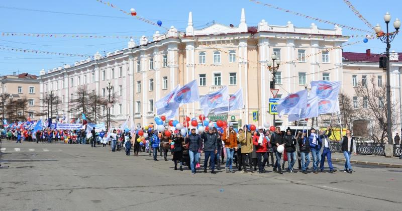 Колымские парламентарии и члены Молодежной общественной палаты при заксобрании приняли участие в первомайском шествии