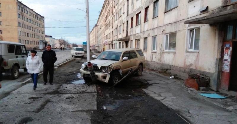 Магаданец, управляя автомобилем «Тойота-Хайлюкс-Сурф», находясь в состоянии алкогольного опьянения, совершил наезд на опору уличного освещения