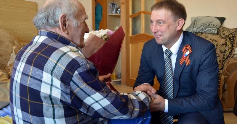 Благодарственное письмо за помощь магаданским ветеранам получил Эдуард Козлов