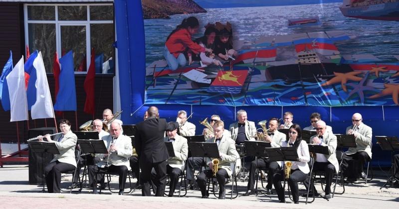 Концерты под открытым небом в Магадане дарит оркестр духовой и эстрадной музыки