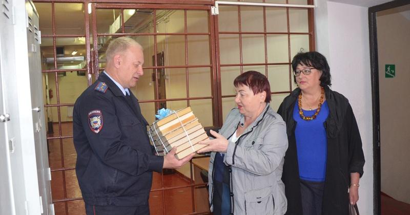 Общественники в Магадане пополнили книжный фонд спецприемника