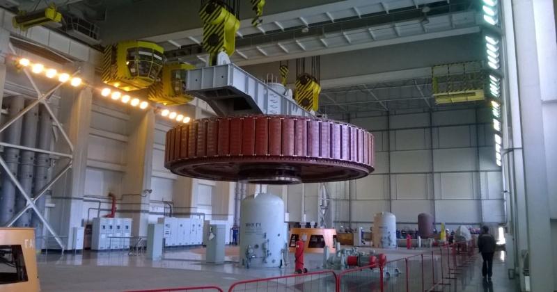 Ротор генератора строящейся Усть-Среднеканской ГЭС в Магадаснкой области установлен на штатное место