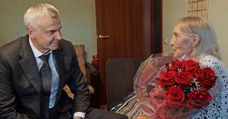 С 75-й годовщиной победы в Курской битве колымского ветерана Александру Сафронову поздравил глава региона