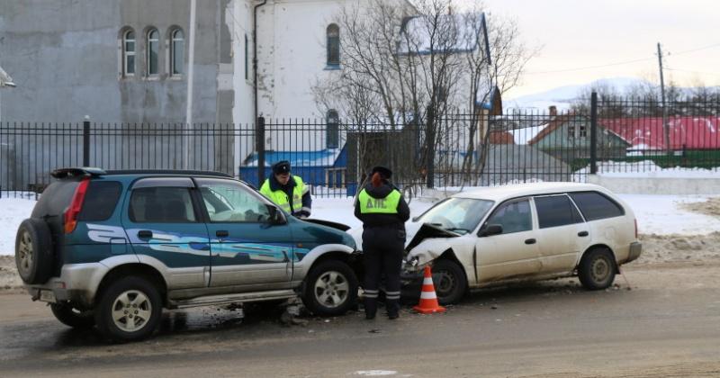Водитель «Дайхатсу-Териос» выехал на встречку и врезался в автомобиль «Тойота- Королла»