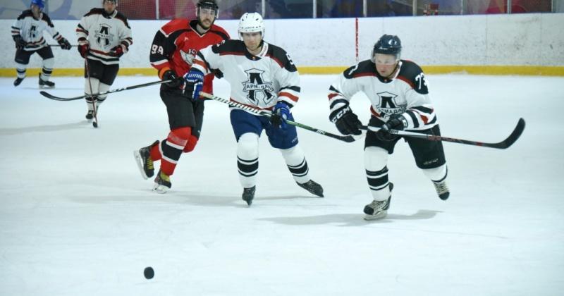 Команда «Армада» лидирует в городском чемпионате по хоккею с шайбой
