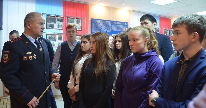Девятиклассники школы № 28 города Магадана посетили Центр профессиональной подготовки УМВД России по Магаданской области.