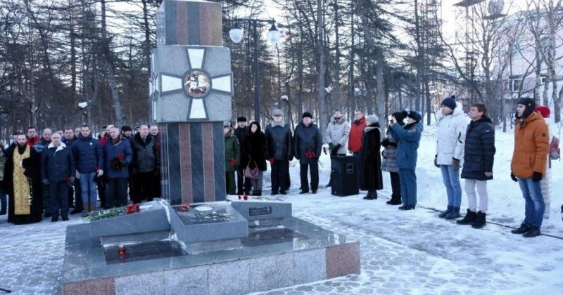 Почтить героев-земляков на Аллею славы пришли более сотни жителей Магадана