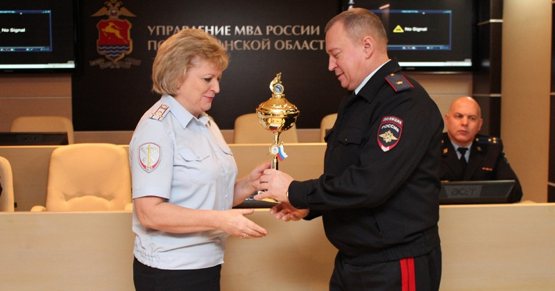 Начальник УМВД России по Магаданской области Игорь Рыжевич наградил призеров соревнования по стрельбе