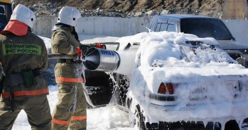 Магаданские пожарные ликвидировали загорание автомобиля по улице Берзина в городе Магадане