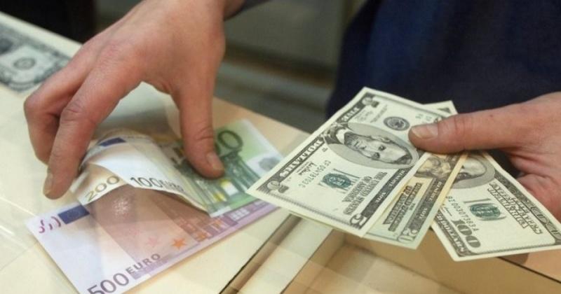 В первый день нового года курс доллара может вырасти до 70 рублей.