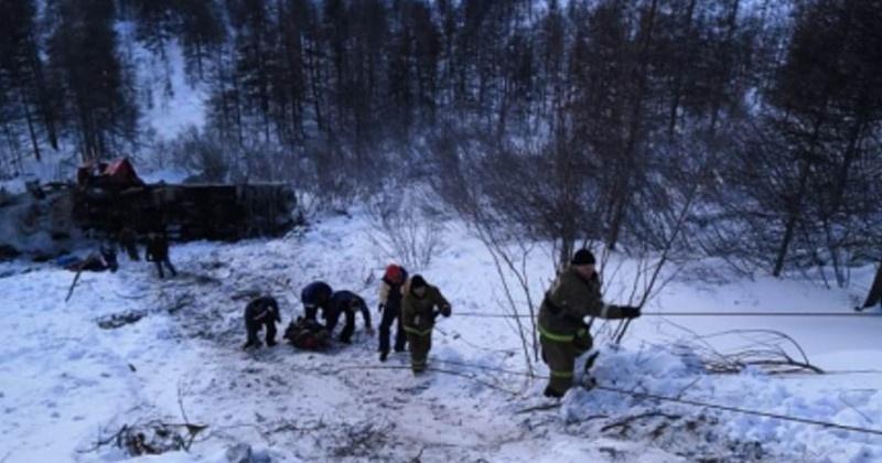 Магаданские спасатели эвакуировали пострадавшего в ДТП на вертолете Ми-8