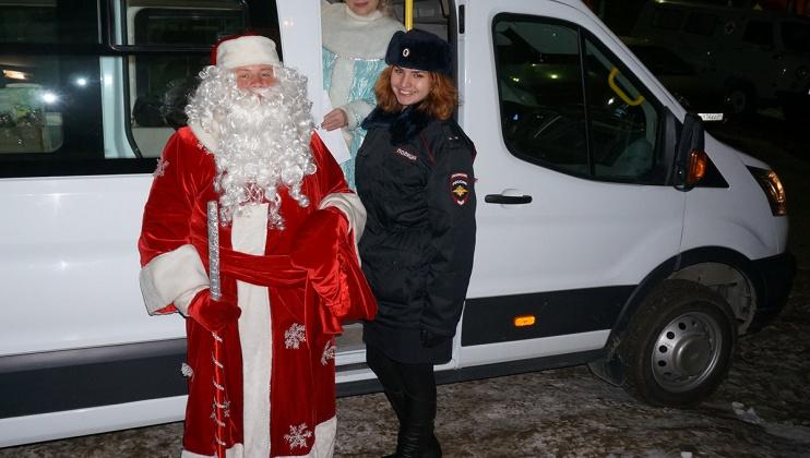 Новогодний патруль, «вооруженный» игрушками и сладостями, побывал в гостях у магаданской детворы