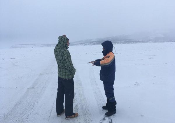 Магаданские спасатели обеспечивают безопасность в местах массового выхода людей на лед