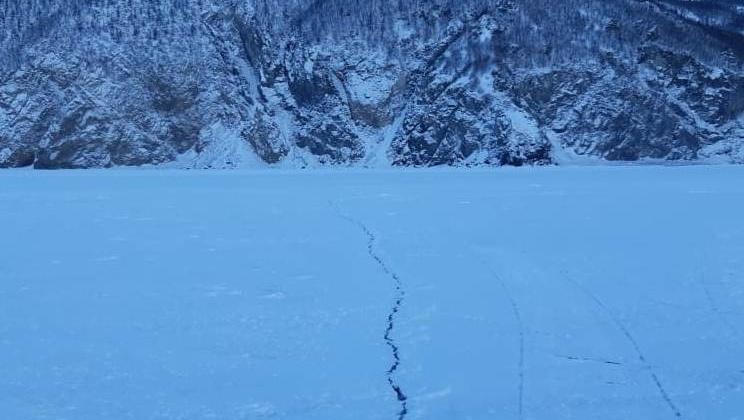 На ледовой поверхности бухты Гертнера обнаружена трещина
