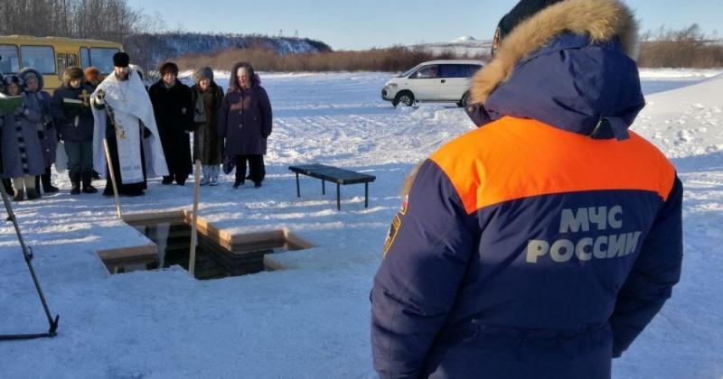 Сотрудники МЧС дежурят возле крещенских купелей в Магаданской области
