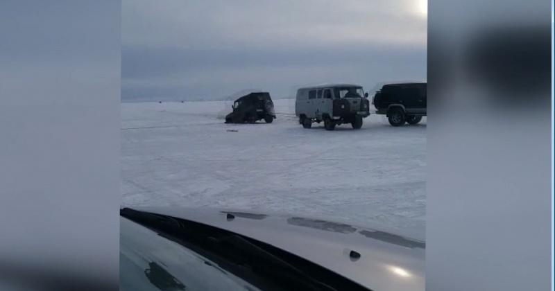 Рыбаки Магадана не сдаются - еще два автомобиля влетели в трещину